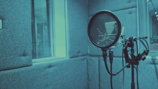 Filtro de reflexión electrónica en trípode en estudio de grabación de producción de sonido que se utiliza para reducir