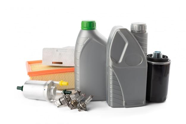 Filtros de aceite de coche y aceite de motor pueden aislado en blanco