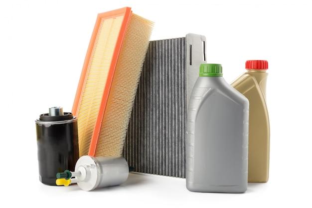 Filtros de aceite de coche y aceite de motor pueden aislados en blanco