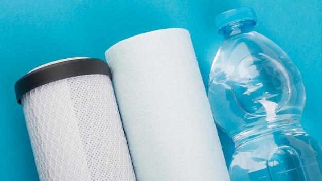 Filtros de agua y botella de agua de plástico.