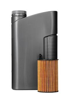 Los filtros de coche y el aceite de motor pueden aislados en blanco, de cerca.