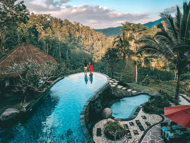 Fin de semana de vacaciones relajándose en el lujo con un complejo tropical de villa en la jungla lujosa piscina bali, indonesia