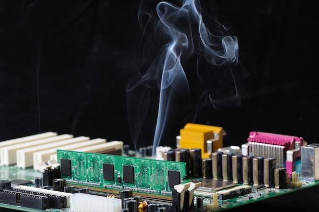 Una fina corriente de humo se emite desde un microcircuito que consiste en un circuito con un complejo control automático.