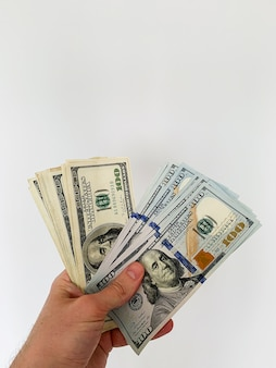 Financiar dinero. hombre con billetes de cien dólares para alquilar o comprar piso