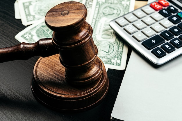 Finanzas empresariales, concepto de corrupción. mazo de madera con dólares americanos