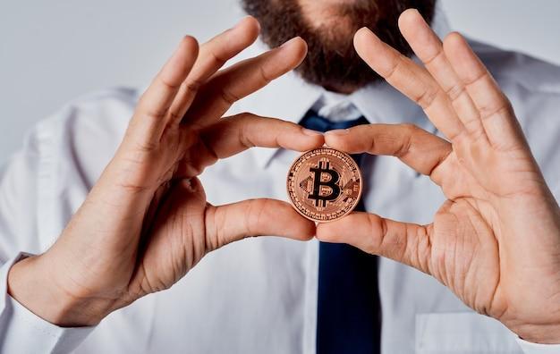 Finanzas del lazo de la camisa del hombre de negocios de la criptomoneda de bitcoin. foto de alta calidad