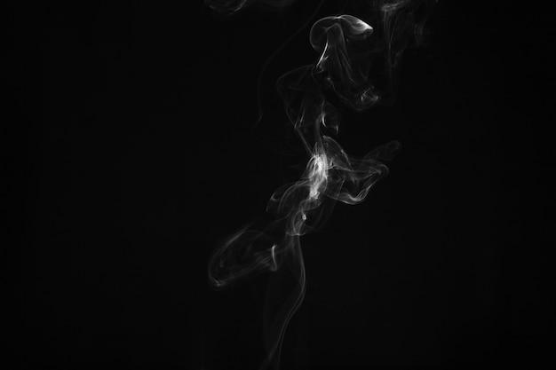 Fino humo sobre fondo oscuro