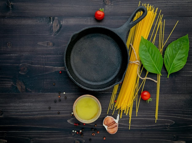 Los finos espaguetis sobre madera negra.