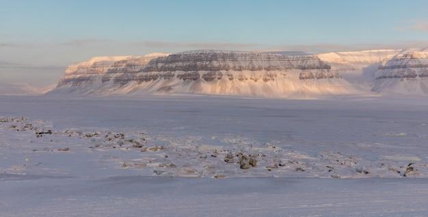 El fiordo cubierto de hielo tempelfjorden en svalbard, noruega.