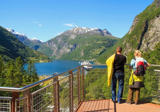 Fiordo de geiranger, ferry, montañas, hermosa naturaleza noruega panorama