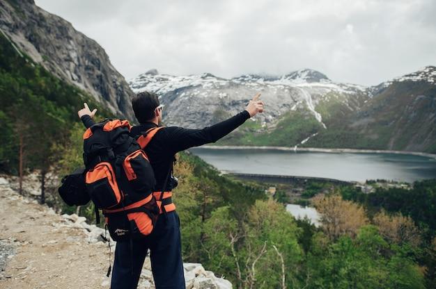 Fiordo de geiranger, panorama hermoso de la naturaleza noruega. fotógrafo de naturaleza turista