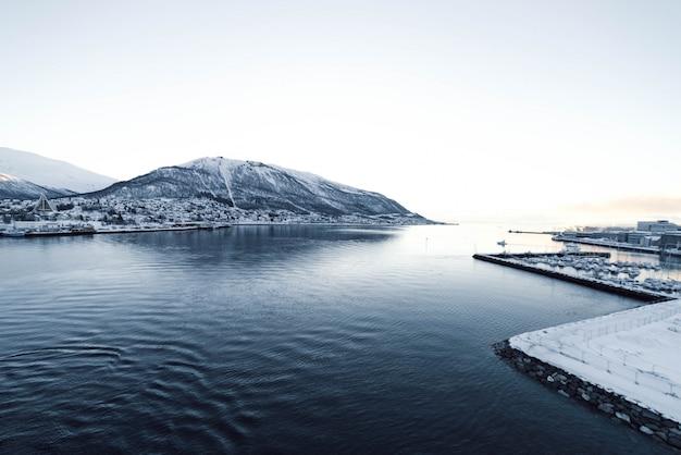 Fiordo noruego con el mar