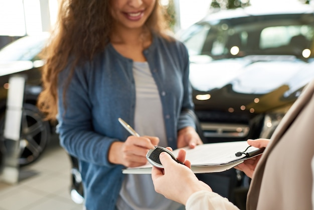 Firma de contrato para auto nuevo