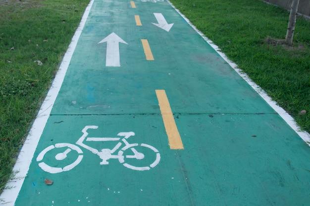 Firmar para bicicleta camino en el parque