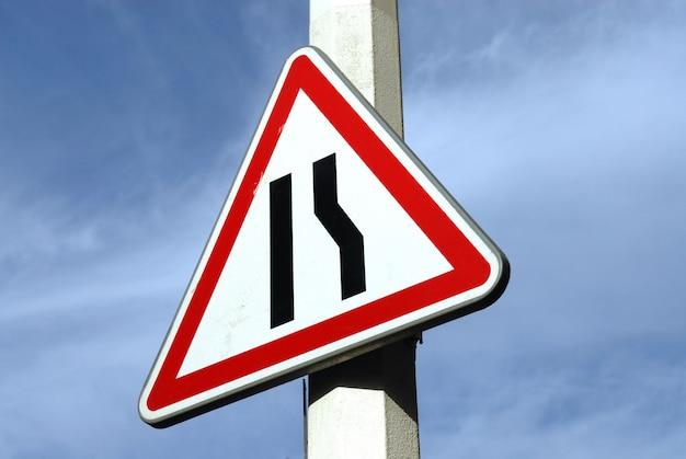 Firmar señalizar un acortamiento del pavimento