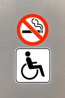 Firmar para wc solo para discapacitados. no se permite fumar