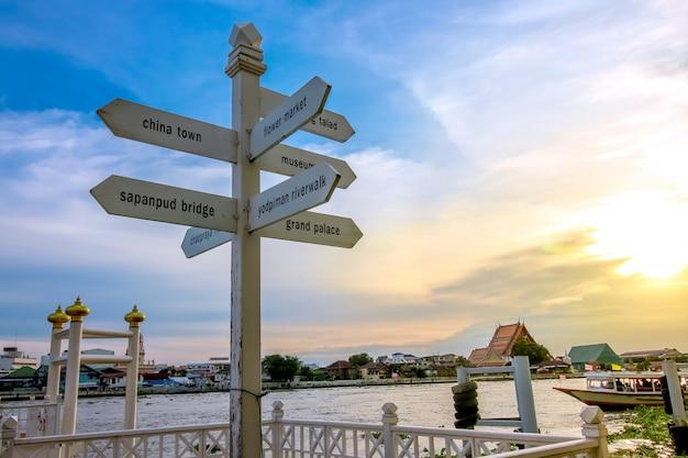 Firme el poste y el cielo al atardecer en el río yodpiman a pie en bangkok, tailandia