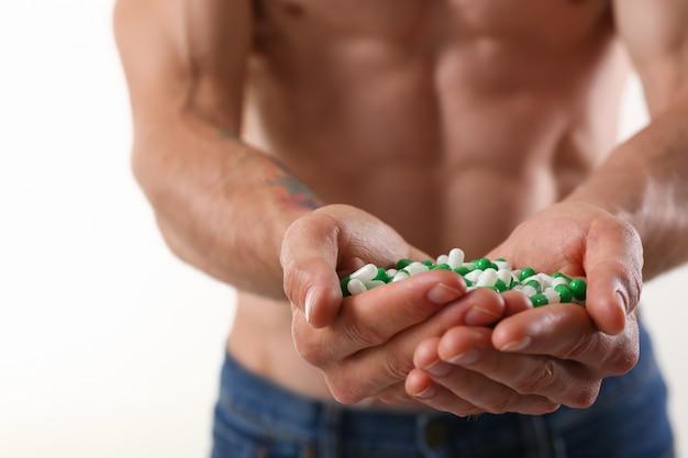 Fisicoculturista atleta toma droga en la forma
