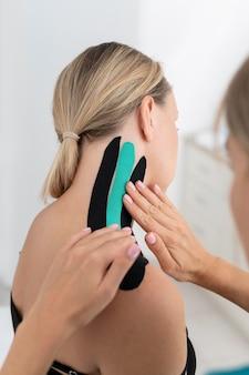 Fisioterapeuta ayudando a un paciente en su clínica
