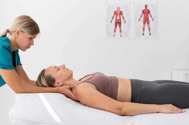Fisioterapeuta dando un masaje a su paciente en la clínica.