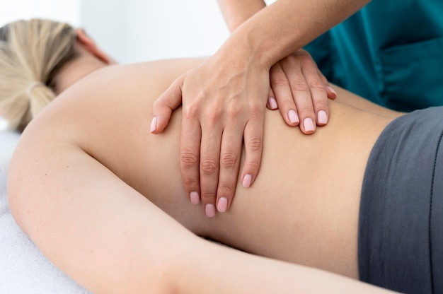 Fisioterapeuta dando un masaje a su paciente