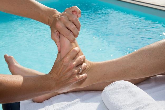 Fisioterapeuta haciendo un masaje a pie