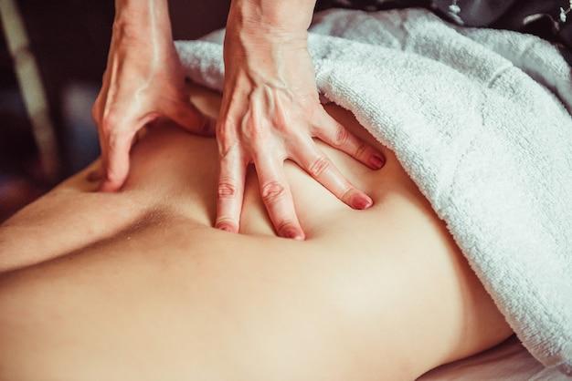 Fisioterapeuta haciendo una técnica de masaje muscular profundo. lumbar.