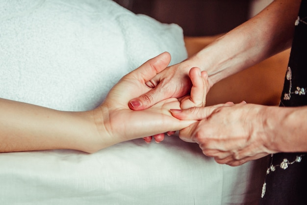 Fisioterapeuta masajeando manos