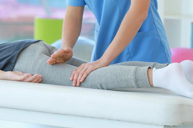 Fisioterapeuta que trabaja con el paciente en la clínica