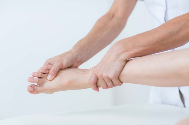 Fisioterapeuta realizando masaje de pies.