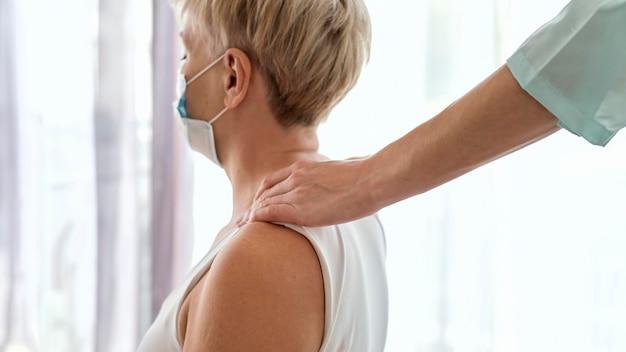 Fisioterapeuta en terapia con paciente