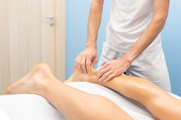 Fisioterapeuta durante un tratamiento del tendón de aquiles