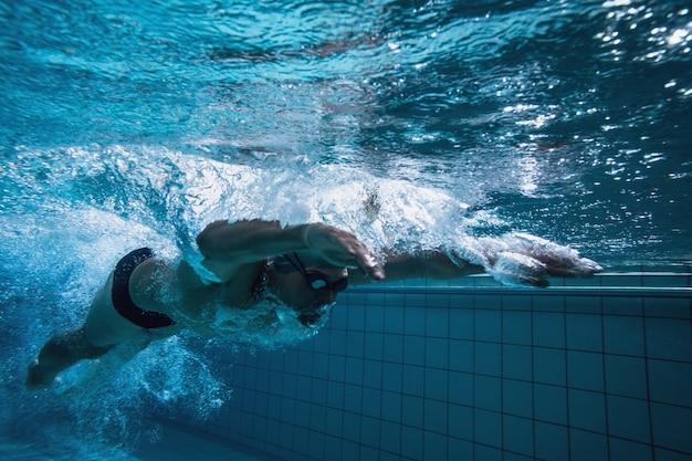 Fit entrenamiento de nadador por sí mismo