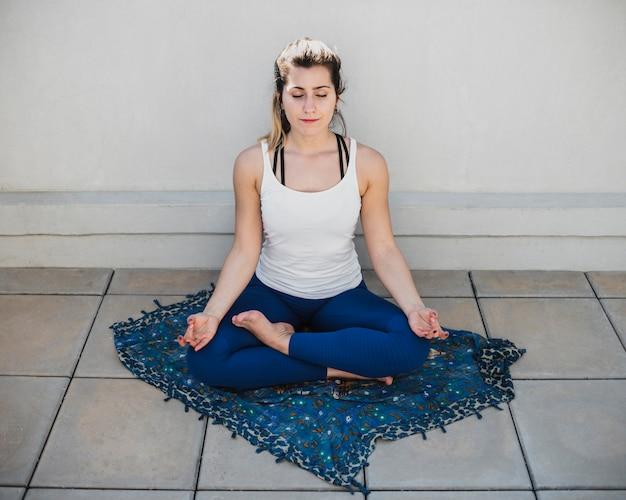 Fit mujer adulta ejercicio de yoga