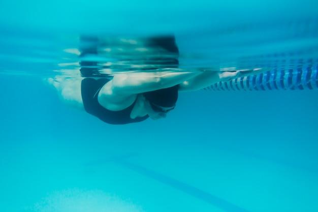 Fit mujer nadando bajo el agua