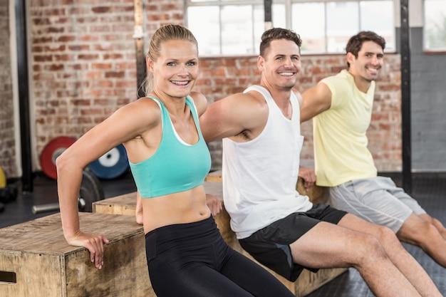 Fit personas sonrientes haciendo algunos ejercicios con caja