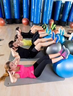 Fitball crunch training group core fitness en el gimnasio