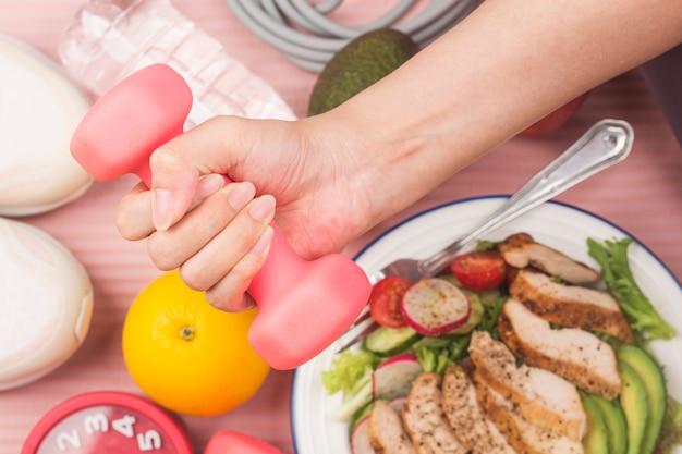Fitness y concepto de estilos de vida activos y saludables. plato de ensalada de pechuga de pollo