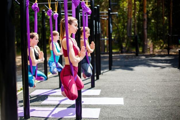Fitness, deportes, entrenamiento, yoga y personas.