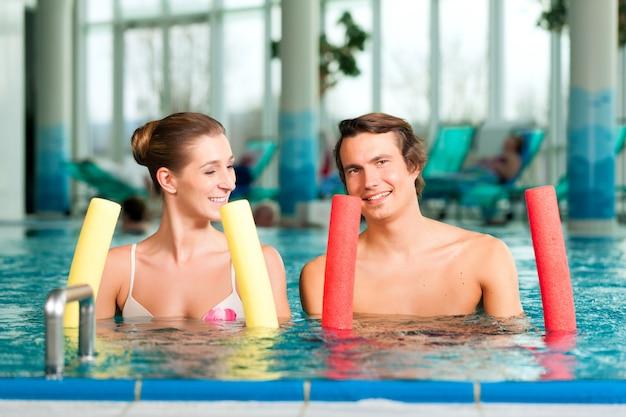 Fitness: deportes y gimnasia bajo el agua en una piscina o spa