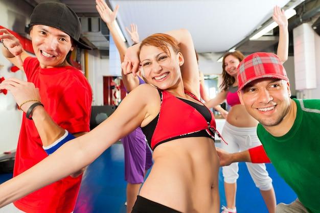 Fitness: entrenamiento de baile zumba en el gimnasio
