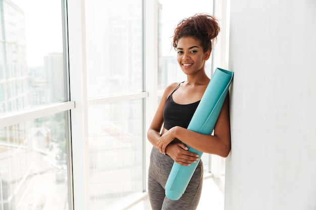Fitness feliz mujer mirando y sonriendo