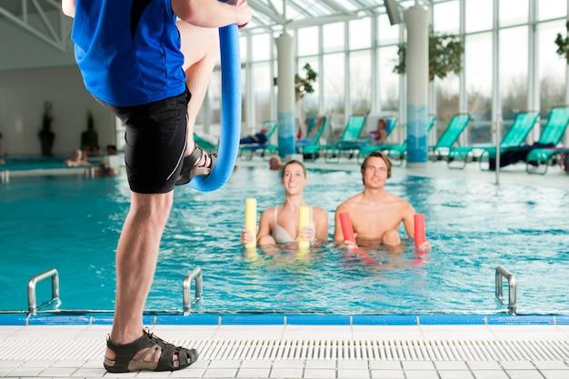 Fitness: gimnasia deportiva bajo el agua en la piscina