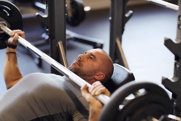 Fitness en el gimnasio, levantamiento de pesas