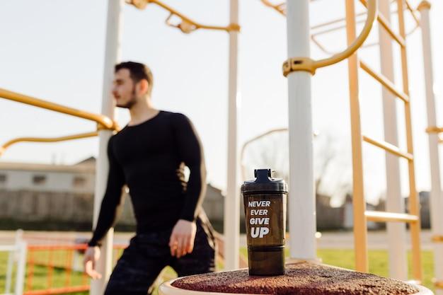 Fitness hombre entrenamiento al aire libre vivir activo saludable