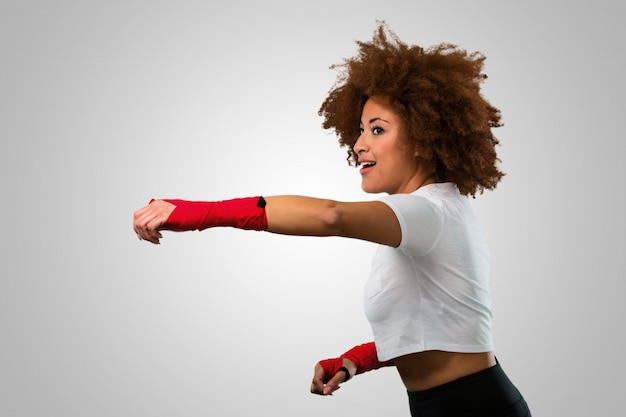 Fitness joven mujer afro boxeo