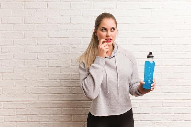 Fitness joven mujer rusa sosteniendo una bebida energética