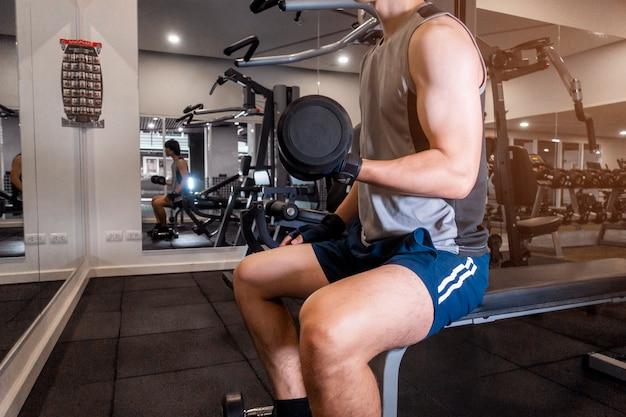 Fitness man es hacer ejercicio en el gimnasio