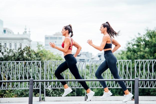 Fitness mujer corriendo al aire libre en la ciudad