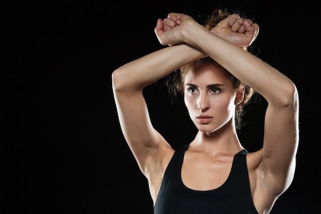 Fitness mujer cubriéndose con las manos